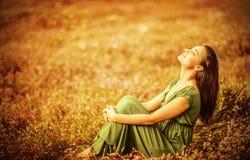Mulher romântica no campo dourado Fotografia de Stock
