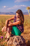 Mulher romântica que senta-se no campo, estação do outono Fotos de Stock Royalty Free
