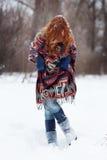 Mulher ruivo nova na floresta do inverno é vestida em um lenço étnico Imagens de Stock