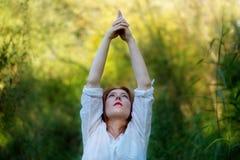 Mulher ruivo nova que faz exercícios da ioga imagens de stock royalty free