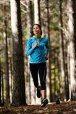 Mulher running da floresta Fotos de Stock Royalty Free