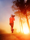 Mulher running do nascer do sol Imagens de Stock Royalty Free