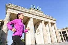 Mulher running em Berlim, Alemanha Foto de Stock