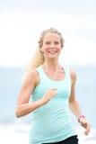 Mulher running movimentando-se da mulher fora na praia Fotos de Stock Royalty Free