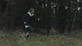 Mulher Running na floresta filme