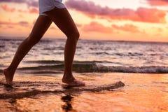 Mulher running que movimenta-se com os pés descalços na água na praia Fotografia de Stock Royalty Free