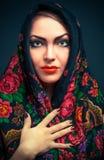 Mulher russian lindo no xaile imagem de stock royalty free