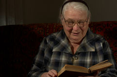 Mulher sábia atrás da leitura pelo livro fotos de stock