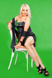 Mulher séria da forma que senta-se em uma cadeira Imagens de Stock Royalty Free