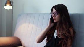 Mulher séria e irritada que fala no telefone celular em casa filme