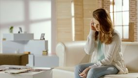 Mulher séria que fala no telefone, chamando ao serviço de assistência, problema com app fotografia de stock royalty free