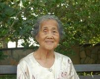 Mulher sênior asiática de sorriso fotografia de stock