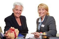 Mulher sênior com banco piggy Fotografia de Stock