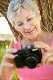 Mulher sênior com câmera foto de stock