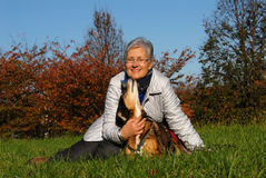 Mulher sênior com cão Imagem de Stock Royalty Free