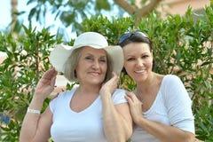 Mulher sênior com filha fotografia de stock