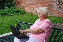 Mulher sênior com um PC fotos de stock royalty free