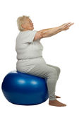 Mulher sênior com uma esfera do ajuste foto de stock