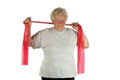 Mulher sênior com uma faixa da aptidão imagens de stock royalty free