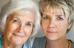 Mulher sênior e filha madura Fotos de Stock Royalty Free