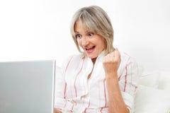 Mulher sênior feliz com computador imagens de stock royalty free