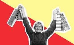 Mulher sênior feliz com sacos de compra imagens de stock