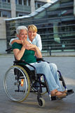 Mulher sênior feliz na cadeira de rodas Fotos de Stock