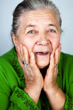 Mulher sênior idosa feliz e espantada Fotografia de Stock Royalty Free