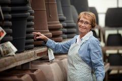 Mulher sênior no centro de jardim Foto de Stock