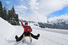 Mulher sênior no sledge que tem o divertimento Imagem de Stock