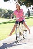 Mulher sênior que aprecia o passeio do ciclo Fotografia de Stock Royalty Free