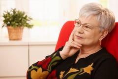 Mulher sênior que daydreaming foto de stock royalty free