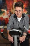 Mulher sênior que elabora em casa Imagem de Stock