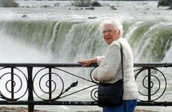 Mulher sênior que está em Niagara Falls Imagem de Stock