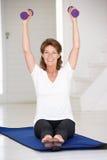 Mulher sênior que exercita em casa Fotografia de Stock