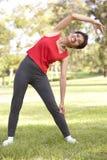 Mulher sênior que exercita no parque Imagem de Stock Royalty Free