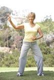 Mulher sênior que exercita no parque Foto de Stock
