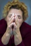 Mulher sênior que praying Imagem de Stock