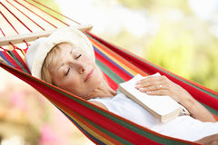 Mulher sênior que relaxa no Hammock Fotos de Stock Royalty Free