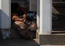 Mulher só de sono desabrigada excesso de peso do streetperson fotos de stock