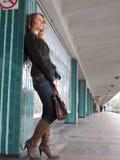 Mulher só na estação de metro fotografia de stock