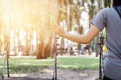 Mulher só que falta seu noivo ao balançar no parque imagens de stock royalty free