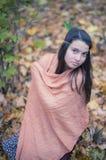 Mulher só triste que relaxa no outono romântico Forest Park exterior Fotografia de Stock Royalty Free