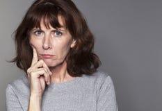 Mulher 50s bonita que olha irritada Fotografia de Stock Royalty Free