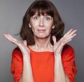 Mulher 50s desiludida que expressa o desespero e a frustração Imagens de Stock Royalty Free