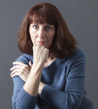 mulher 50s entre o sorriso e a tristeza Imagem de Stock