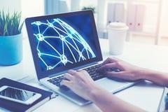 A mulher s entrega a datilografia no portátil com rede Foto de Stock