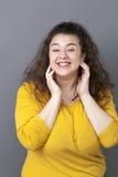 Mulher 20s grande de riso com bem estar de respiração do cabelo marrom longo Fotografia de Stock