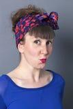 Mulher 30s insolente que expressa seu pensamento criativo Fotografia de Stock Royalty Free