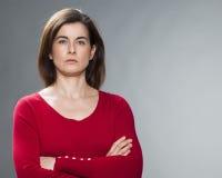 Mulher 30s moreno de pensamento que olha severa Foto de Stock